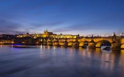 Prag-Schloss und Charles-Brücke Lizenzfreies Stockbild