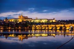 Prag-Schloss und Charles-Brücke Stockfoto