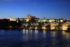 Prag-Schloss und Charles Bridge Stockfotografie