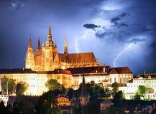 Prag-Schloss und Charles Bridge nachts Lizenzfreie Stockbilder