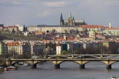 Prag-Schloss und das Heilige Vitus Cathedral mit die Moldau-Fluss und alten Brücken, die es unter ihnen kreuzen Stockfotografie