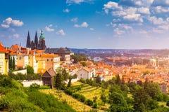 Prag-Schloss- und Lesser Town-Panorama Ansicht von Petrin-H?gel Prag, Tschechische Republik Frühlings-Prag-Panorama von Prag-Hüge stockbilder