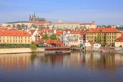 Prag-Schloss und Valtava-Fluss Lizenzfreie Stockbilder