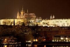 Prag-Schloss vom Fluss im Winter Lizenzfreie Stockfotografie