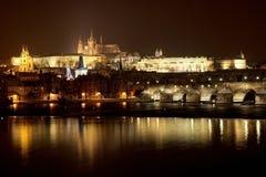 Prag-Schloss vom Fluss im Winter Lizenzfreie Stockfotos
