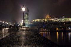 Prag-Schloss von Charles Bridge Stockfotografie