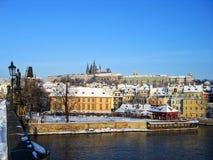 Prag-Schloss von der Charles-Brücke Lizenzfreie Stockfotografie