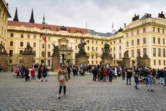 Prag-Schlosseingangstorbereich mit Touristen stockfotografie