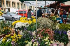Prag, am 25. September 2017: Ein Kleinbetrieb für den Verkauf von Blumen Straßenshop Der Verkäufer erledigt die Arbeit in Lizenzfreies Stockfoto