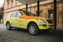 Prag, am 24. September 2017: Ein Krankenwagen auf der Stadtstraße Nothilfe Ambulanzdienste 112 Lizenzfreie Stockfotografie