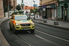 Prag, am 24. September 2017: Ein Krankenwagen auf der Stadtstraße Nothilfe Ambulanzdienste 112 Stockbilder
