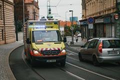 Prag, am 24. September 2017: Ein Krankenwagen auf der Stadtstraße Nothilfe Ambulanzdienste 112 Lizenzfreie Stockbilder