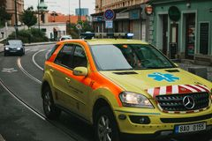 Prag, am 24. September 2017: Ein Krankenwagen auf der Stadtstraße Nothilfe Ambulanzdienste 112 Stockbild