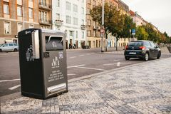 Prag, am 23. September 2017: Ein moderner intelligenter Abfalleimer auf der Straße der Stadt Sammlung Abfall in Europa für Lizenzfreies Stockfoto