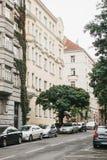 Prag, am 24. September 2017: Viele Autos werden nahe bei Häusern auf der Stadtstraße geparkt Stockfoto