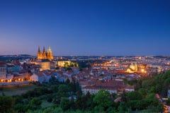 Prag-Skyline nach Einbruch der Dunkelheit Stockfoto