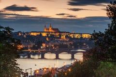 Prag-Skyline nach Einbruch der Dunkelheit Lizenzfreie Stockbilder