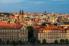 Prag am Sonnenuntergangarchitekturdetail und -ansicht über die Stadt lizenzfreie stockfotos