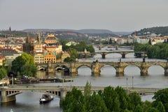 Prag am Sonnenuntergangarchitekturdetail und -ansicht über die Stadt lizenzfreies stockfoto