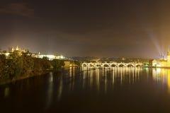 Prag-Stadtbild und -brücken über dem die Moldau-Fluss im Winter nachts von Prag-Schloss Stockfotografie
