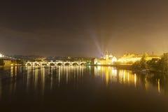 Prag-Stadtbild und -brücken über dem die Moldau-Fluss im Winter nachts von Prag-Schloss Lizenzfreie Stockfotos