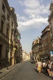 Prag-Touristen, die durch die Straße der historische alte Stadt gehen Stockfotografie