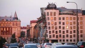 Prag, Tschechische Republik Abend-Verkehr in Resslova-Straße Berühmt das Tanzen-Haus oder Fred And Ginger stock footage