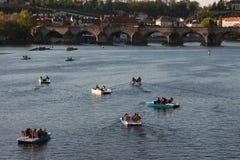 PRAG, TSCHECHISCHE REPUBLIK - 24. APRIL 2017: Boote auf dem die Moldau-Fluss Lizenzfreie Stockbilder