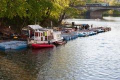 PRAG, TSCHECHISCHE REPUBLIK - 24. APRIL 2017: Bootsmiete auf dem die Moldau-Fluss Stockfotografie