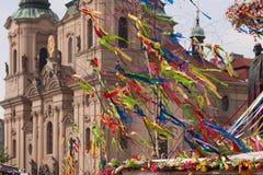 PRAG, TSCHECHISCHE REPUBLIK - 21. APRIL 2017: Bunte Ostern-Dekoration am alten Marktplatz Lizenzfreies Stockbild