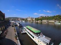 Prag, Tschechische Republik - 22. April 2015: Die Moldau-Flussdamm Lizenzfreies Stockfoto