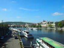 Prag, Tschechische Republik - 22. April 2015: Die Moldau-Flussdamm Stockfotografie