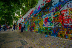 Prag, Tschechische Republik - 13. August 2015: Berühmte John Lennon-Wand, die mit Liebe aufgefüllt wurde, spornte Graffiti im Sta Stockfotografie
