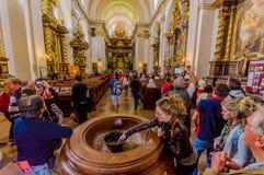 Prag, Tschechische Republik - 13. August 2015: Innere erstaunliche Kirche der Schloss-Kathedrale mit enormem Wasserbrunnen und Stockbild