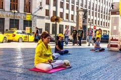 Prag, Tschechische Republik - 19. August 2018: Junge rockfans sind Durchlauf lizenzfreie stockfotos