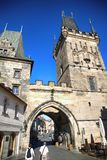 PRAG, TSCHECHISCHE REPUBLIK - 23. AUGUST 2016: Leutegehen und -klo Lizenzfreie Stockfotos