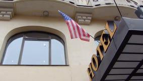 Prag, Tschechische Republik - Dezember 2017: Amerikanische Flagge entwickelt sich im Wind am Eingang zum Hotel stock footage