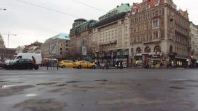 Prag, Tschechische Republik - Dezember 2017: Dichter Verkehr des Stadttransportes auf der zentralen Straße stock video footage