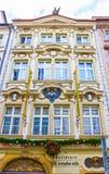 Prag, Tschechische Republik - 31. Dezember 2017: Die Fassade des alten Hauses und der alten Architektur in der alten Stadt Lizenzfreies Stockbild