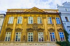 Prag, Tschechische Republik - 31. Dezember 2017: Die Fassade des alten Hauses und der alten Architektur in der alten Stadt Stockbild
