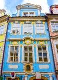 Prag, Tschechische Republik - 31. Dezember 2017: Die Fassade des alten Hauses und der alten Architektur in der alten Stadt Stockfotografie