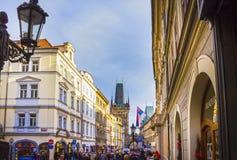 Prag, Tschechische Republik - 31. Dezember 2017: Die Leute, die nahe Häusern der alten Architektur in der alten Stadt gehen Stockfoto
