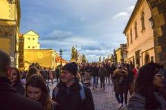 Prag, Tschechische Republik - 31. Dezember 2017: Die Leute, die nahe Häusern der alten Architektur in der alten Stadt gehen Lizenzfreie Stockbilder