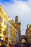 Prag, Tschechische Republik - 31. Dezember 2017: Die Leute, die nahe Häusern der alten Architektur in der alten Stadt gehen Stockbild
