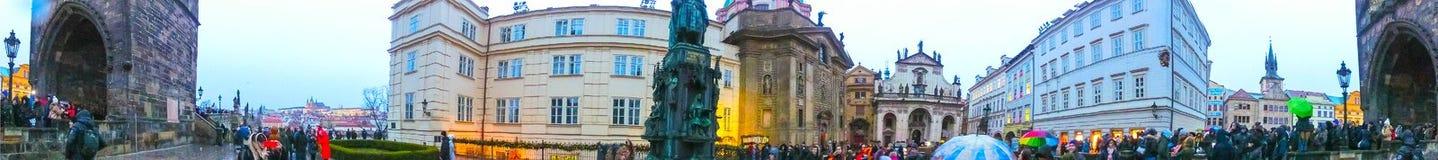 Prag, Tschechische Republik - 31. Dezember 2017: Die Leute, die nahe Häusern der alten Architektur in der alten Stadt gehen Lizenzfreies Stockbild