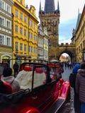 Prag, Tschechische Republik - 31. Dezember 2017: Die Leute, die nahe Häusern der alten Architektur in der alten Stadt gehen Lizenzfreie Stockfotos