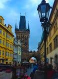 Prag, Tschechische Republik - 31. Dezember 2017: Die Leute, die nahe Häusern der alten Architektur in der alten Stadt gehen Stockbilder
