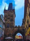 Prag, Tschechische Republik - 31. Dezember 2017: Die Leute, die nahe Häusern der alten Architektur in der alten Stadt gehen Lizenzfreie Stockfotografie