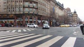 Prag, Tschechische Republik - Dezember 2017: Die zentrale Straße einer modernen europäischen Stadt Auto-Verkehr stock footage