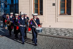 PRAG, TSCHECHISCHE REPUBLIK - 23. DEZEMBER 2015: Schutz der Ehremusikband vor dem Präsidentenpalast in Prag, Tscheche Republi Lizenzfreie Stockfotografie